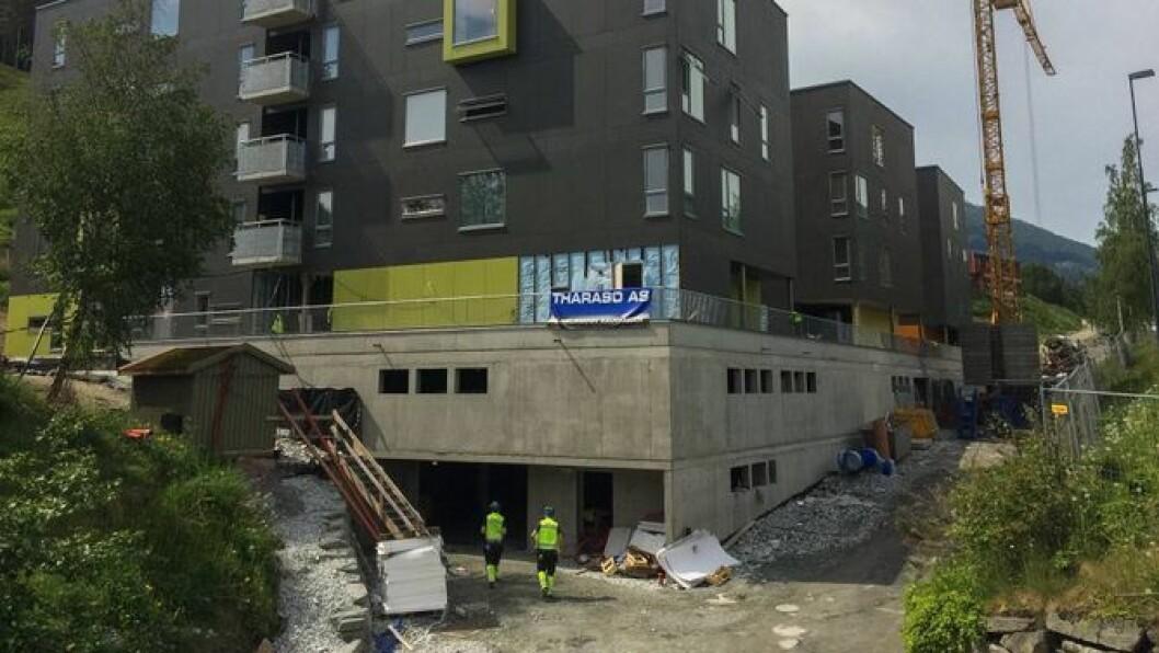 UNDER BYGGING: I Sogndal byggjer Studensamskipnaden tre nye blokker som skal romme til saman 150 studentar. Studentbustadane vert dei første i fylket til å ta i bruk ei ny renovasjonsløysing som gjer at dei slepp å ta i bruk dei tradisjonelle svarte bosdunkane.