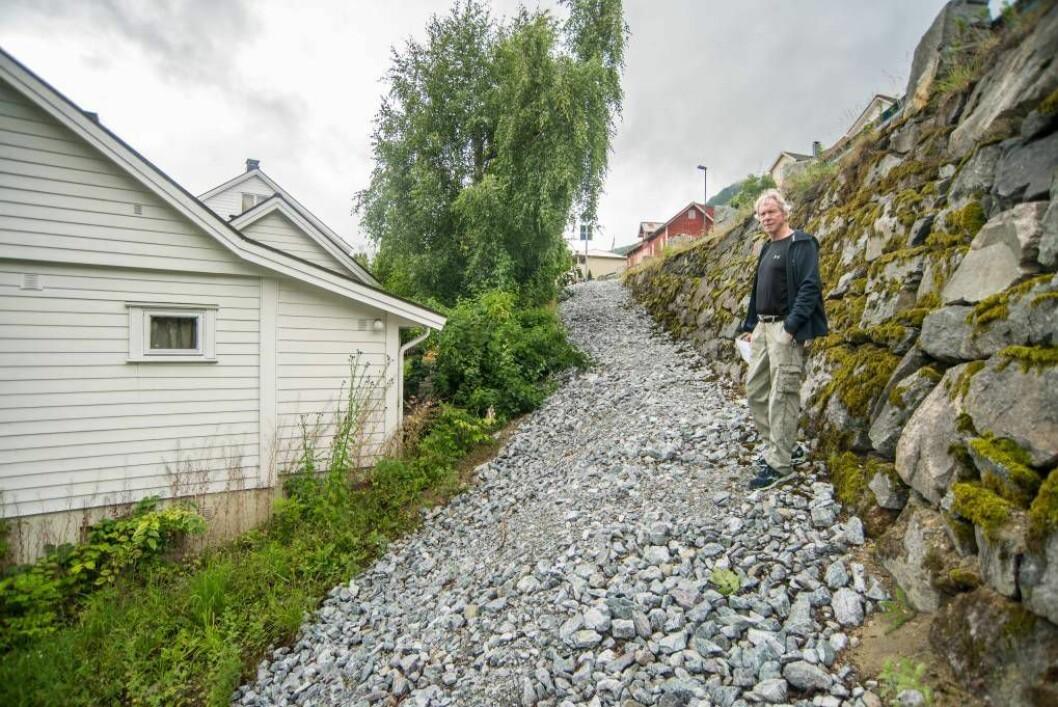 BLIR OMRINGA: Per Ingar Sviggum får fjordstien rundt seg på alle kantar, på det næraste ein knapp meter frå hushjørnet. Men lagmannsretten har bomma på plasseringa av huset.