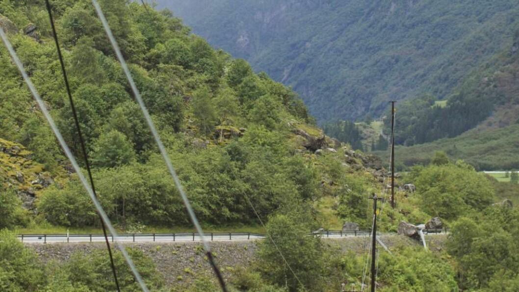 STORE STEINAR: Tysdag ettermiddag raste store steinar nedover fjellsida og traff vegen. Ingen personar eller køyretøy vart skadd av raset. Foto: NTB Scanpix.