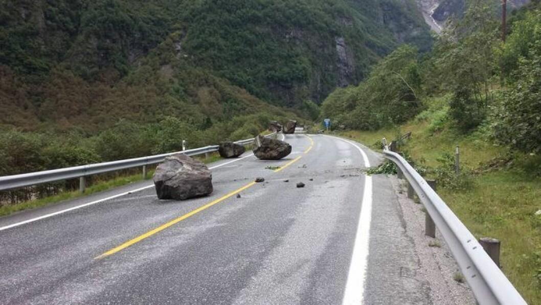 RASMIDLAR: I statsbudsjettet for 2017 vert det løyvd pengar til mellom anna ein skredvoll langs E16 i Aurland.I sommar datt det svære steinar og traff E16 i Gudvangen. Arkivfoto: Arne Veum.