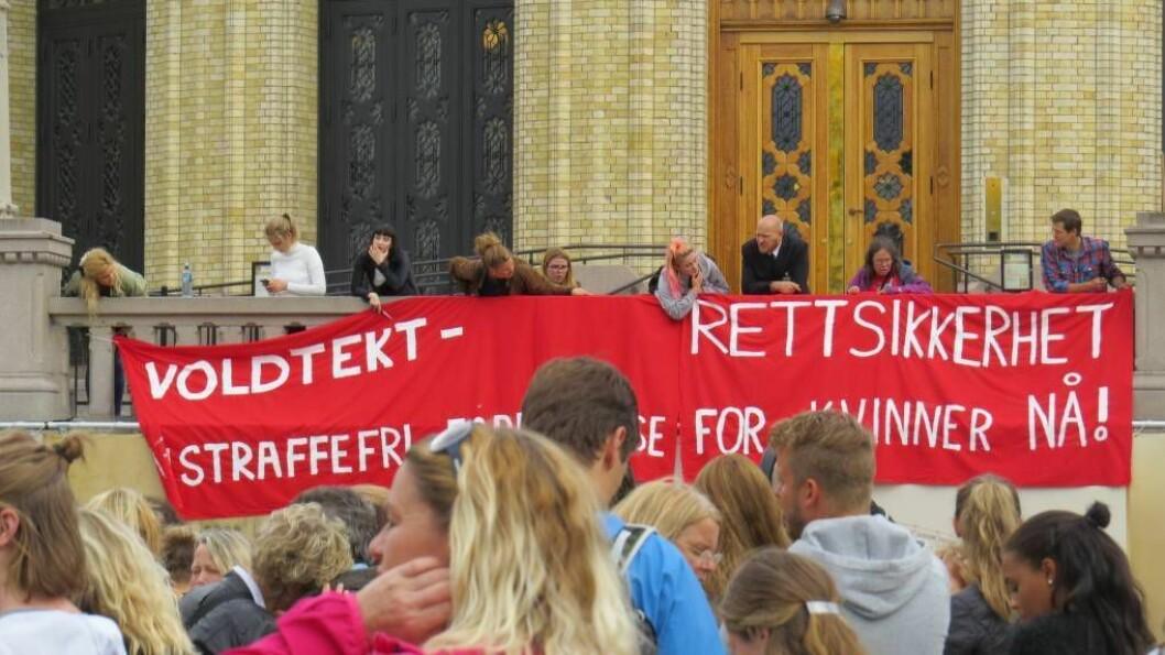 DEMONSTRASJON: Folk protesterte måndag i Oslo over den urettferdige behandlinga av Hemsedalssaka. Foto: Camilla Skjær Brugrand.