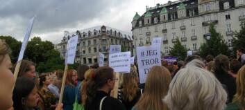 Demonstrantane tok til tårene