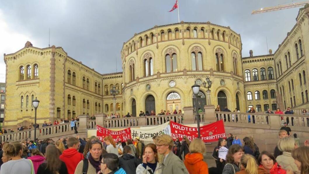 TRYGGLEIK: Fleire politikarar tok til ordet for å sikra rettstryggleiken til kvinner under demonstrasjonen i Oslo. Foto Camilla Skjær Brugrand.