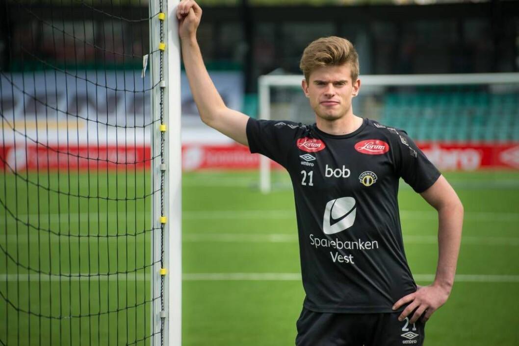 TRE NYE ÅR: Når Kristian Rutlin (17) står i mål på Fosshaugane kan han bokstavleg tala sjå bort på garden der han vaks opp. Den nysignerte kontrakten knyter han til saftbygda fram til sommaren 2019.
