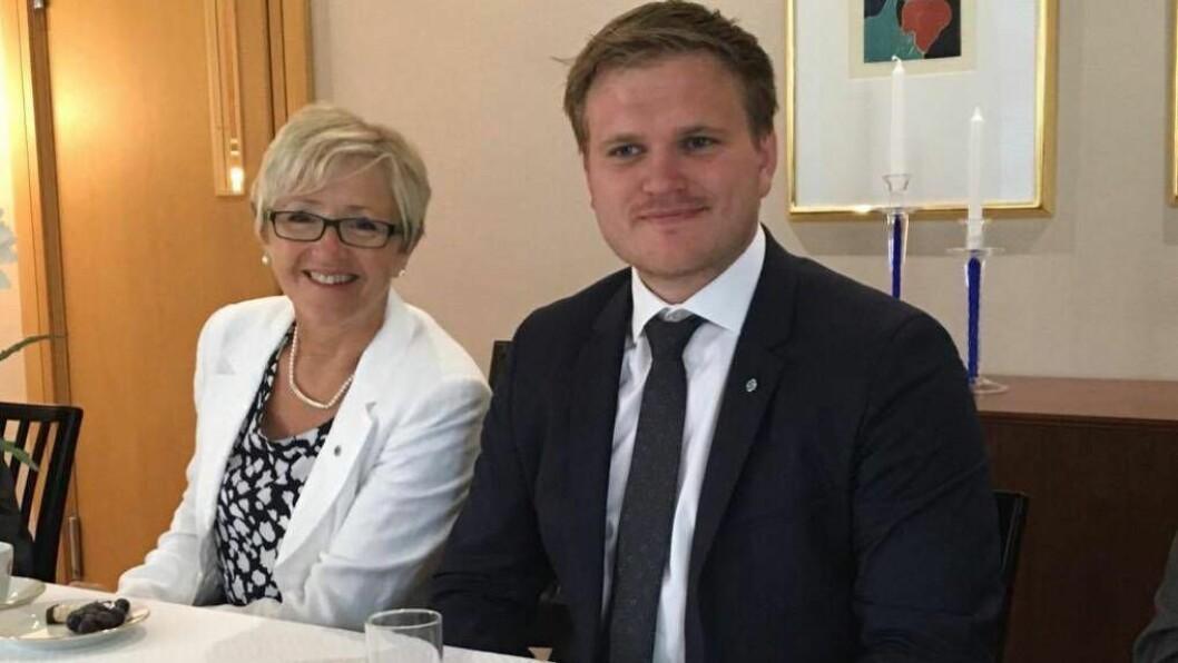 SPENNING: Aleksander Øren Heen fortel det er knytt stor spenning til korleis statsbudsjettet 2017 skal koma i hamn ettersom forhandlinga mellom regjeringa og støttepartia dreg lengre og lengre ut. Her er SP-politikaren med partifelle Liv Signe Navarsete. Arkivfoto