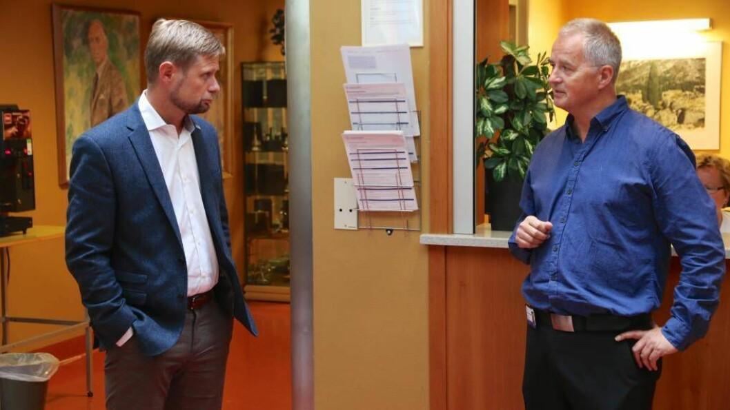 ENKLARE: Helse- og omsorgsminister Bent Høie, her i samtale med Kåre Mentz Lysne under ei vitjing på Lærdal sjukehus, lovar mindre byråkrati for folk som skal få pasientreisene sine dekte. Arkivfoto