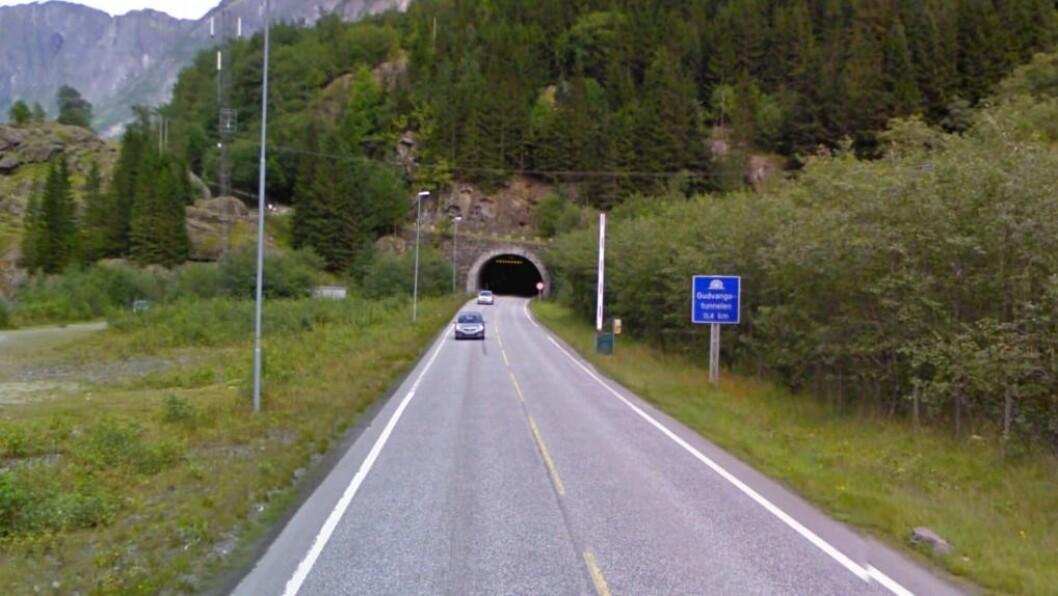 JUBILEUM: Laurdag 17. desember er det 25 år sidan Gudvangatunnelen vart opna i 1991. Tunnelen batt saman Aurland kommune, men gjorde også at det for første gong gjekk an å køyre ferjefritt mellom Oslo og Bergen. Foto: Google Maps.