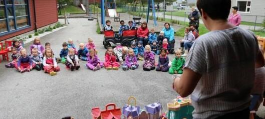 Vil ha tre vaksne per avdeling i barnehagane