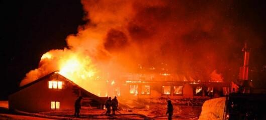Elleve personar til sjukehus då leirskule brann ned