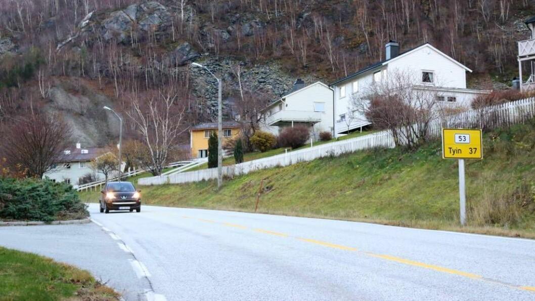 SIKRA SEG KONTRAKT: Olav O. Hæreid AS har sikra seg ein femårskontrakt med opsjon på tre år om å halde fylkesveg 53 fri for snø. Foto: Truls Grane Sylvarnes.