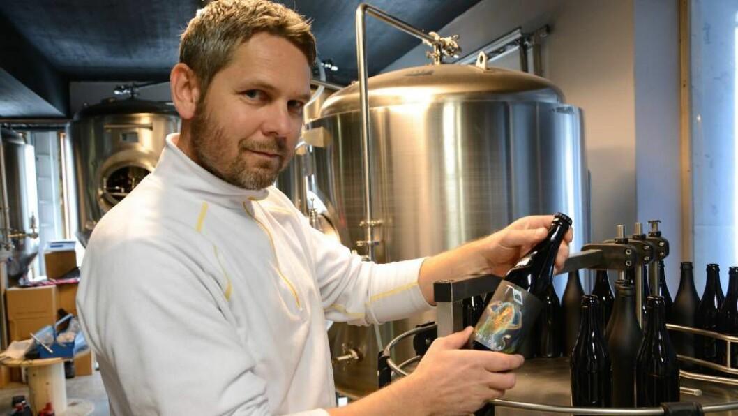 TESTAR UTSYRET: Arnt Erik Henjum, dagleg leiar i Tya Bryggeri, testar denne veka ut utstyret inne i bryggeriet. Foto: Ina Eirin Eliassen