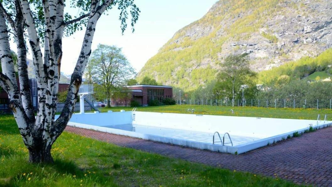 UVISS FRAMTID: Friluftsbassenget på Årdalstangen kan risikera å bli halde stengt sommaren som kjem. Investeringar til èin million kroner trengst for å få det i forsvarleg stand.