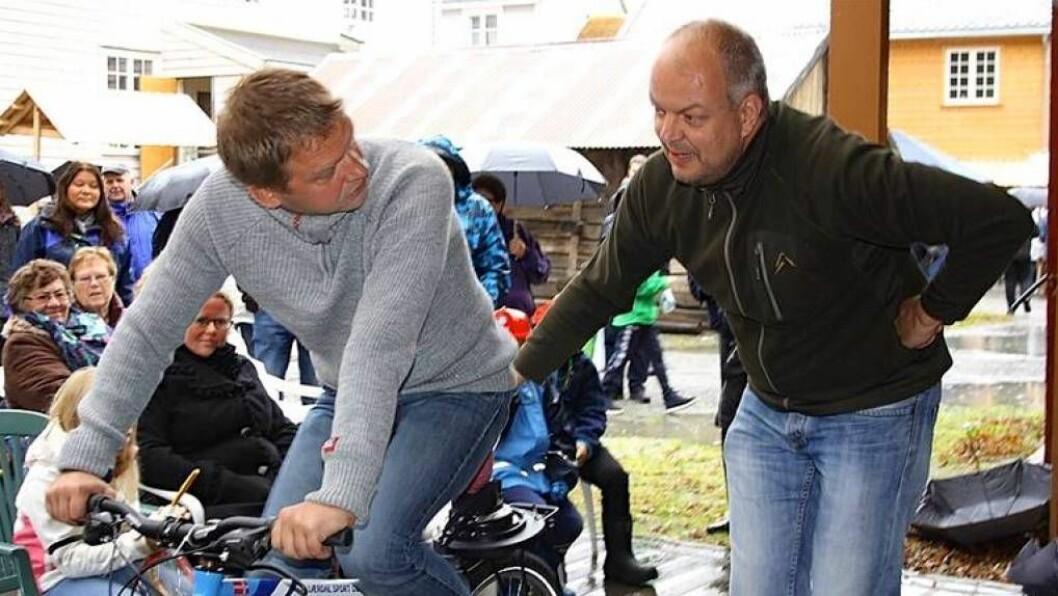 DYNAMISK DUO: Hilmar Høl (Ap) og Trond Øyen Einemo (H) la vekk dei politiske ulikskapane og vann smoothie-konkurransen under Haustmarknaden. Foto: Anne Karin Skjær.