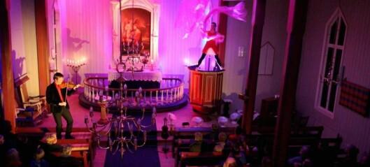 Dans på preikestolen i Tønjum kyrkje