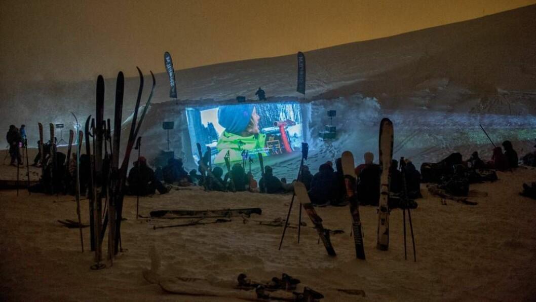 SNØLERRET: På Snøfilm-festivalen blir filmen synt på eit snølerret. Biletet er tatt frå fjorårets festival. Foto: Ida Ask.