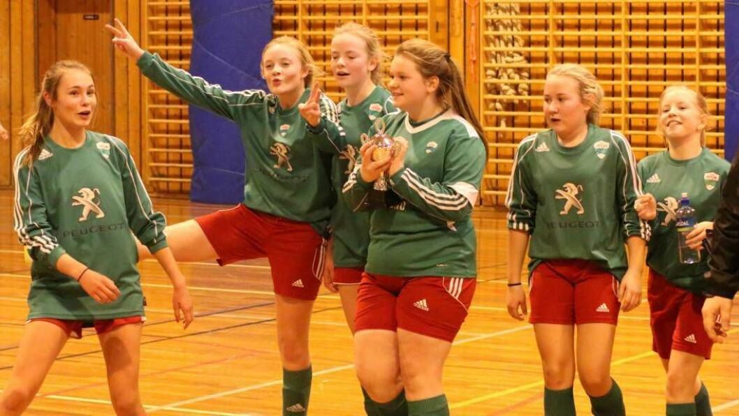 JUBLAR: Jente 14-laget til Jotun kunne juble då dei sikra pokalen i sin årsklasse etter 1-0-siger mot Hafslo i finalen. Foto: Truls Grane Sylvarnes.