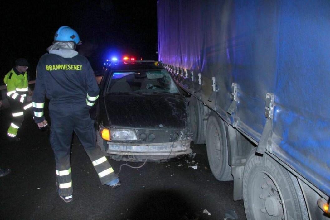 TRAFIKKUHELL: Ein personbil og eit vogntog kollliderte på E16 ved Nedre Smedalsvatnet onsdag kveld.Foto: Jan Christian Jerving