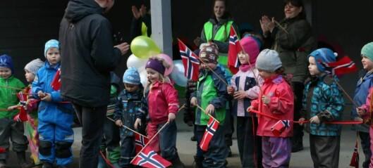 Her opnar han det nye uteområdet til Lærdalsøyri barnehage