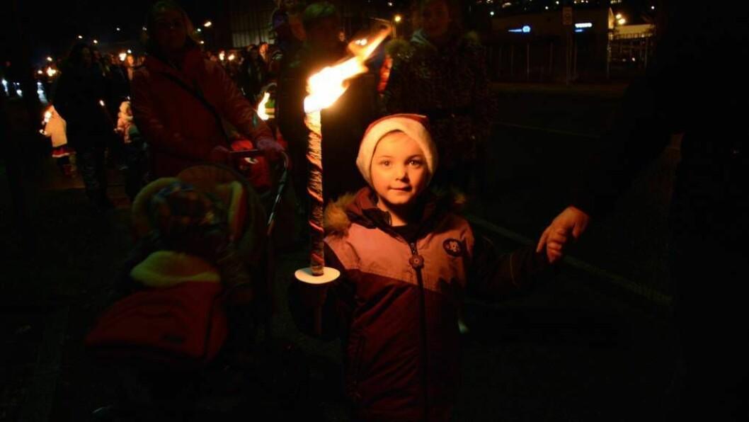 BILETGALLERI: Rebekka Skålbones (5)var ein av dei mange som møtte opp for å få med seg julegrantenning, fakkeltog og nissar på Årdalstangen onsdag kveld.Foto:Ina Eirin Eliassen