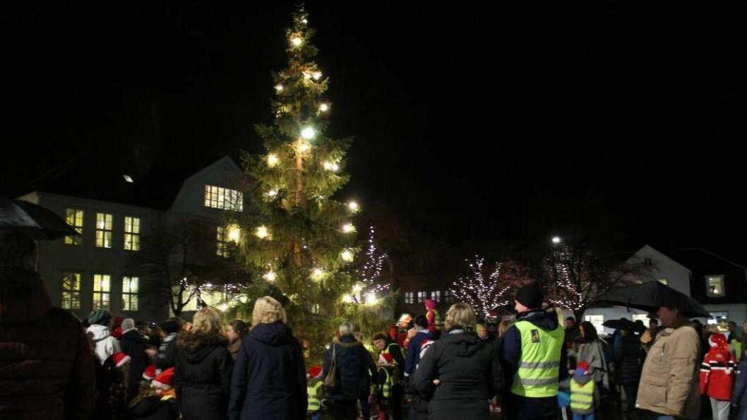 BILETEGALLERI: Mange folk tok turen på julegateopninga. Foto: Kaja Nygård