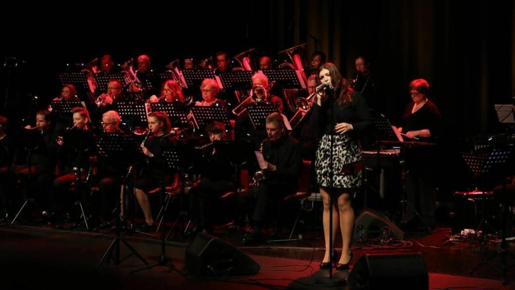 GJENSYN: Nyttårskonserten er eitt av dei musikalske høgdepunkta i Årdal. Vokalist Monica Hjelle er ein av fleire artistar med lokal forankring som blir å sjå igjen frå i fjor.