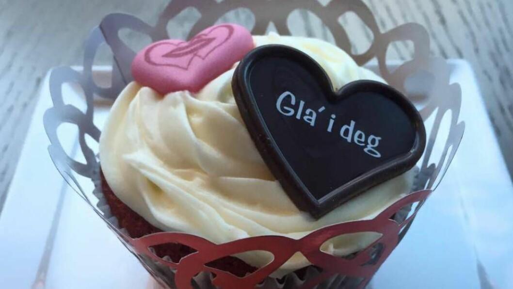 GLAD I DEG: På seks timar gjekk det unna 200 Valentine-dekorerte cup-cakes på TYA Bakeri. FOTO: Linda Borlaug