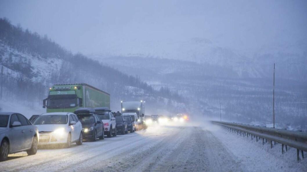 KOLONNE: Fleire fjellovergangar er stengd fredag morgon. Nokre blir ikkje opna att i dag. Foto: Arkiv