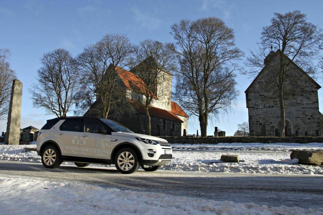 NYASTE MODELL: Discovery Sport er Land Rovers nyaste modell. Han kom på marknaden for eitt år sidan, og no er han i tillegg klar med ein heilt ny motorserie laga på huset. FOTO: Morten Abrahamsen/NTB tema /