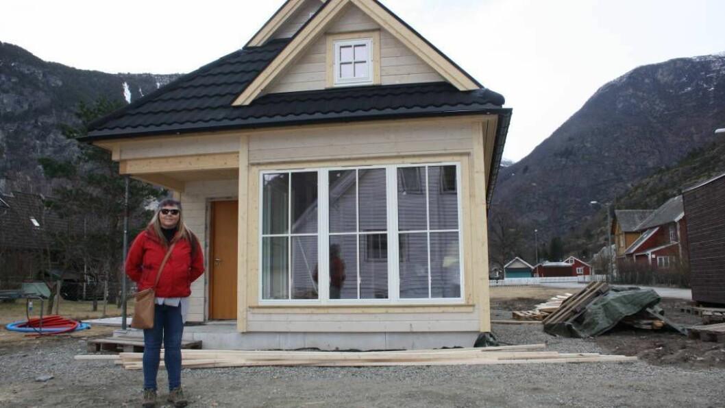 MINIHUS: Fretland Bygg er i full gang med å byggja eit såkalla Tiny House for synshemma Inger Stokke (47) på Lærdalsøyri. Foto: Camilla Skjær Brugrand.