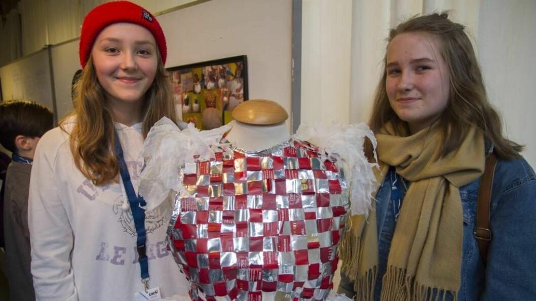 Trondheim: Denne kjolen skal Margit Brooks (t.v.) og Synne Bentås stilla ut under UKM-festivalen i Trondheim denne helga.Foto: Amalie Larsen Orvid/Hafstad vgs