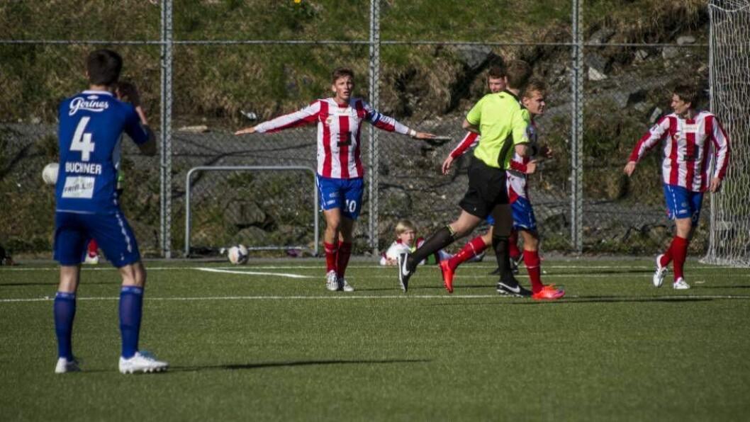 KAMP: Jonas Hestetun spelte i helga kamp mot Førde som årdalsspelar Edin Øy spelar for denne vårsesongen. Arkivfoto: Kent Roar Nybø/Fanaposten.