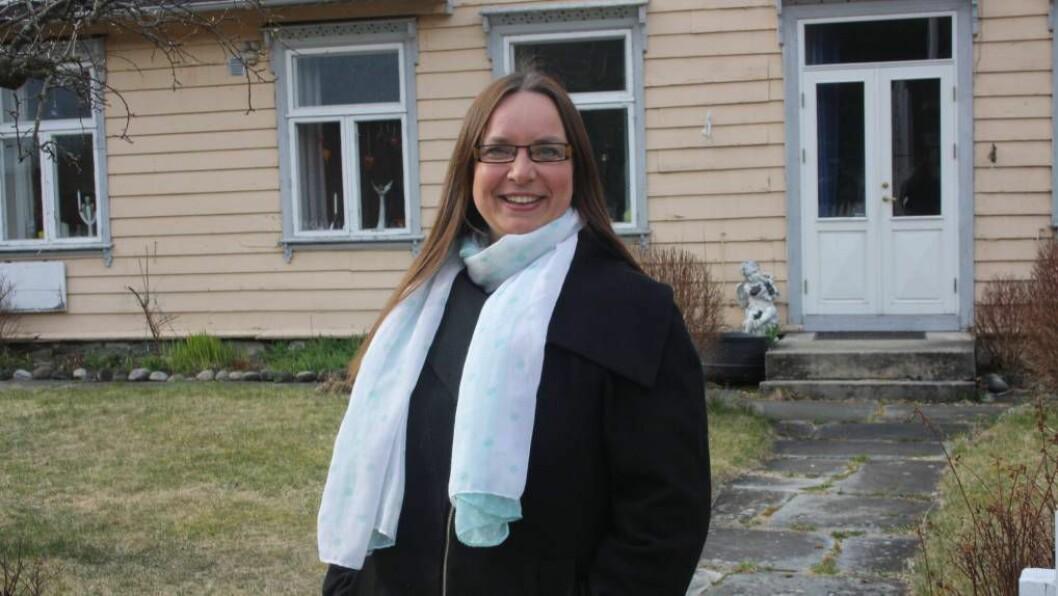 GLAD: Helene Langeland som til dagleg jobbar som prest i Lærdal, jublar over vedtaket om at homofile no kan gifta seg i kyrkja. Foto: Camilla Skjær Brugrand.