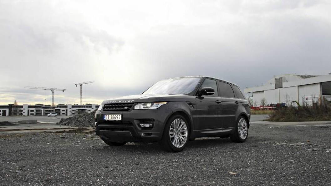 TERRENGSNOBB: Range Rover klarer å vere både ein skikkeleg luksusbil og ein terrengbil. Om eigaren nokon gong tek den med utanfor allfarveg, er eit anna spørsmål. FOTO: Morten Abrahamsen / NTB tema