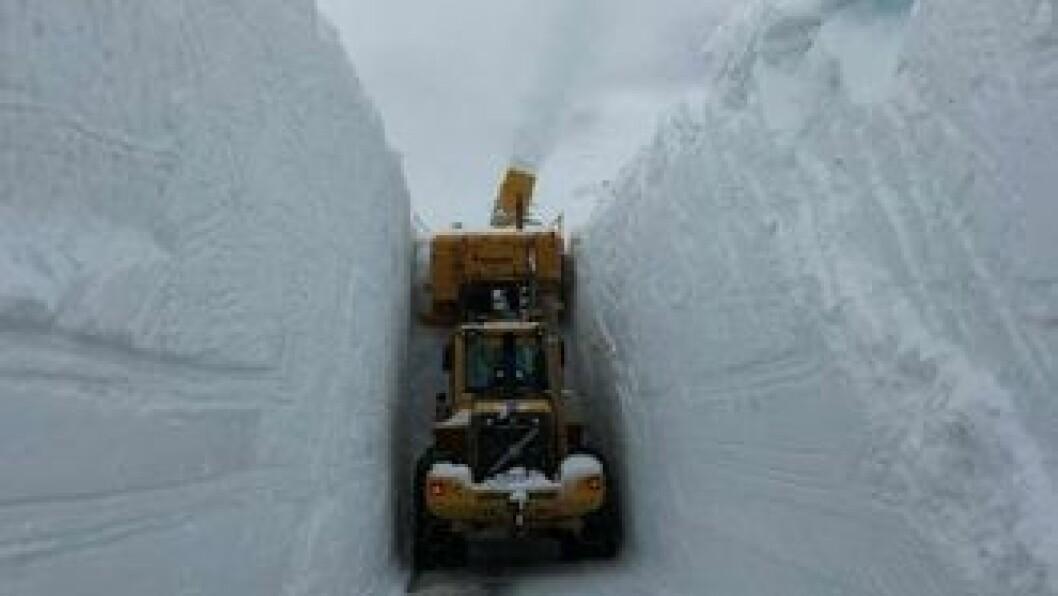 STENGT: Tindevegen er stengt fredag ettermiddag og kveld på grunn av uvêr i fjellet. Arkivfoto: Olav Vee.
