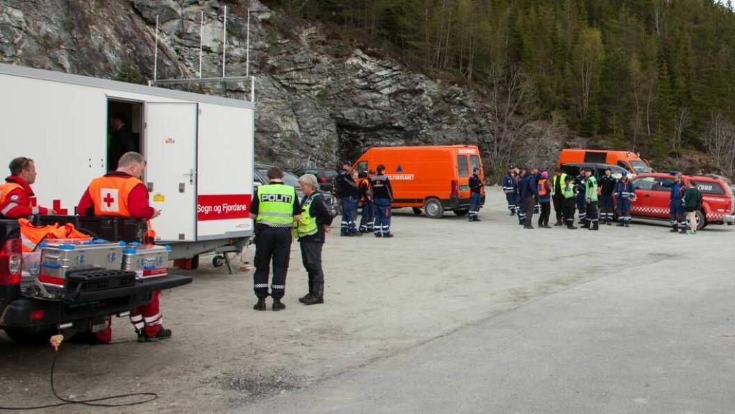 LEITEAKSJON: Ein mann (37) er komen vekk frå turfølgjet, og store styrkar leitar no etter personen i området rundt Sogndal lufthavn. Foto: Christian Blom.