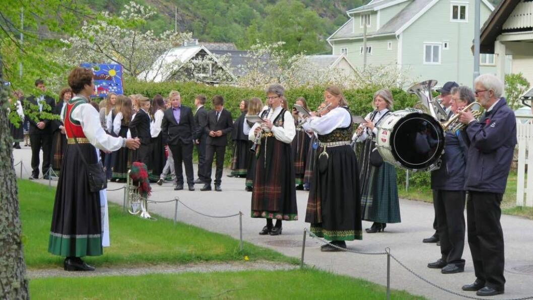 FEIRING: I Lærdal gjekk folk i 17. mai tog både på Borgund og på Lærdalsøyri. Foto:Else Margrethe Rødskog Almås/Privat.
