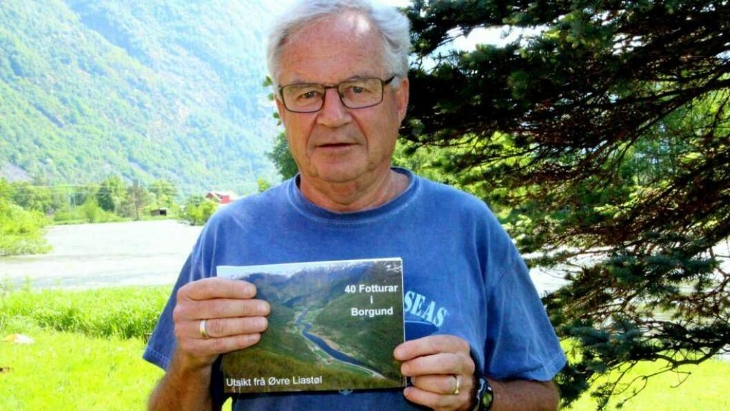 FRILUFTSMANN: Åge Årdal (70) har samla 40 fotturar i Borgund i eit hefte. 70-åringen fortel at det ligg fleire hundre timar bak arbeidet. Foto: Jan Christian Jerving.