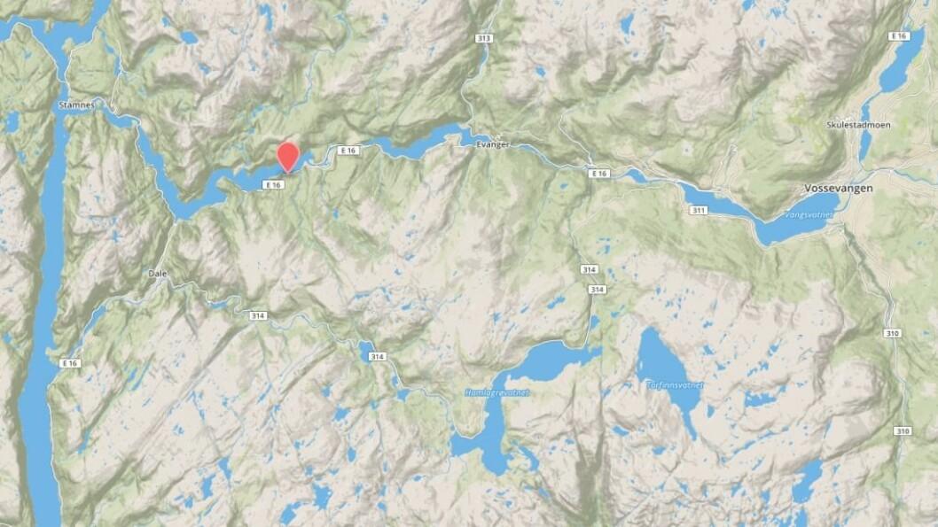 STENGT PÅ E16:Eit stort jord- og steinras sperrar E16 ved Bolstad i Voss kommune.Foto: Mapbox.
