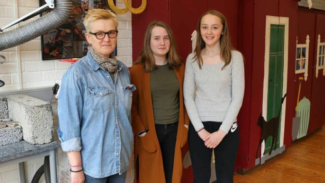 GOD LÆRAR: Kunst- og handtverklærar Inger-Kari Selås hjalp til med ideen og gjennomføringa av kjolen som sikraMargit Brooks (13) og Synne Bentås(13) plass i UKM- festivalen i Trondheim. Foto: Camilla Skjær Brugrand.