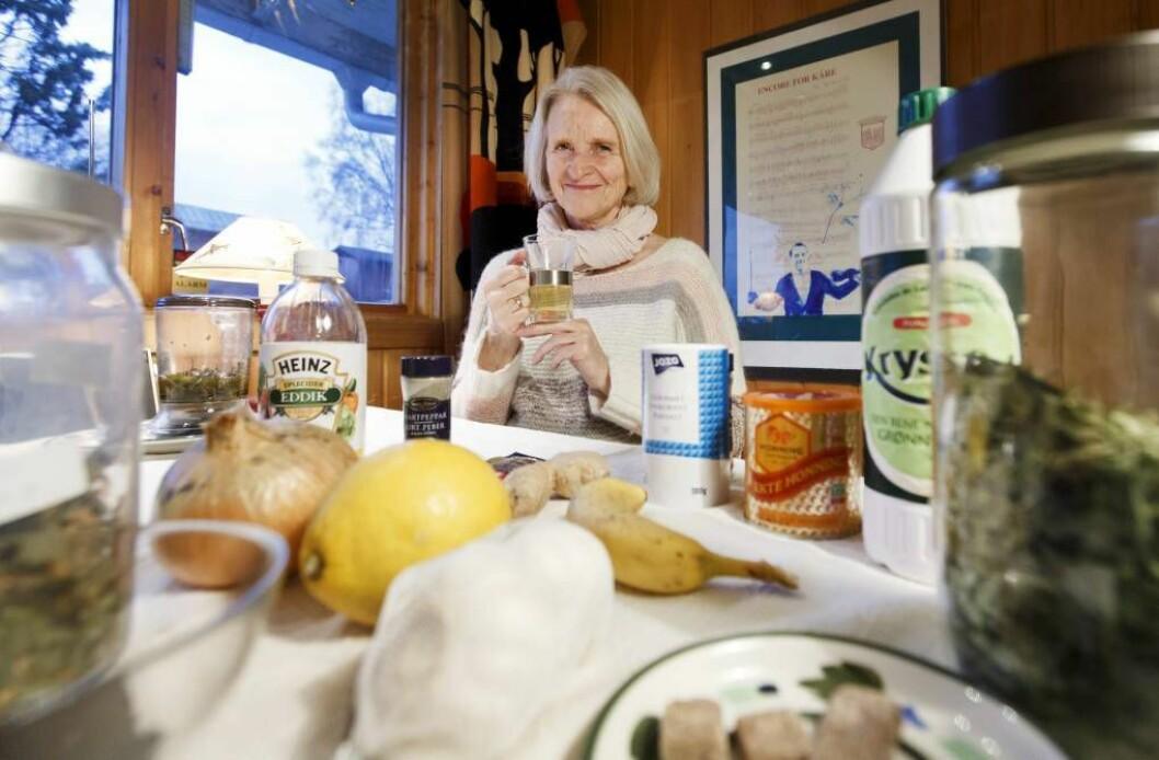 HEIMEMEDISIN:Miriam Wicklund har samla på kjerringråd i meir enn 30 år. Løysinga på mange vanlege helseplager har dei fleste i heimen, meiner ho. FOTO: Gorm Kallestad / NTB scanpix /