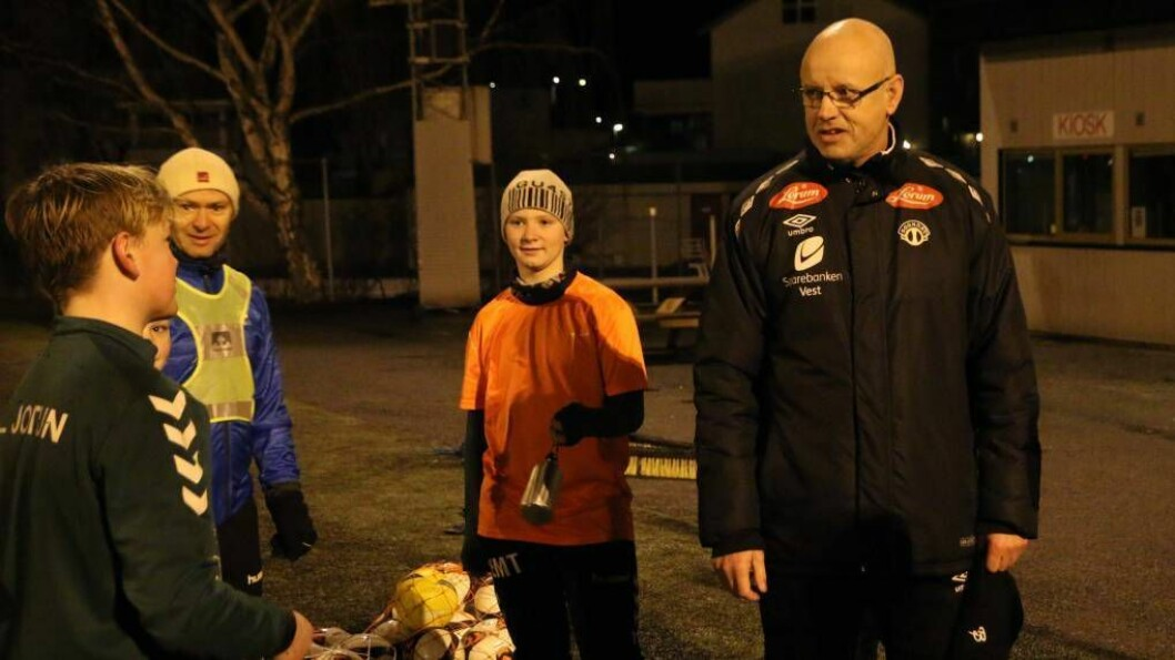 HARDT, MEN GØY: Nils Tore Krosshaug meiner det går an å ha det gøy på trening sjølv om blodpumpa får køyrt seg. Torsdag var i Årdal for å spre bodskapen til både spelarar og trenarar. Foto: Truls Grane Sylvarnes.