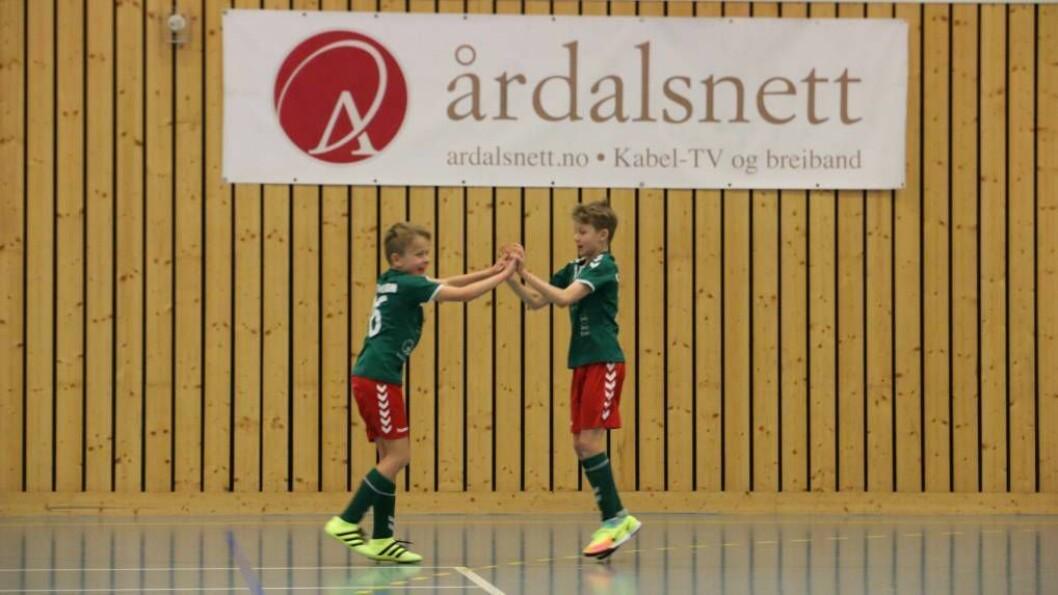 SJÅ DIREKTE: I helga kan du følgje barn og barnebarn, kompis eller veninne, direkte på Porten.no når me sender titals kampar frå KM i futsal i Årdalshallen. Foto: Truls Grane Sylvarnes.