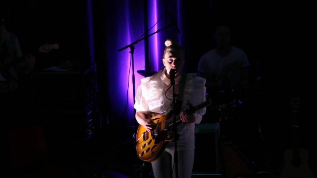 ÅRDALSVISITT: Thea Hjelmeland spelte konsert i Årdal Kulturhus fredag.