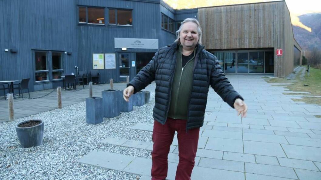 JAZZKONSERT: Leiar for kultur i Lærdal kommune, Magne Grøttebø, gler seg til å få Karl Seglem på besøk i kulturhuset torsdag. Foto: Truls Grane Sylvarnes.