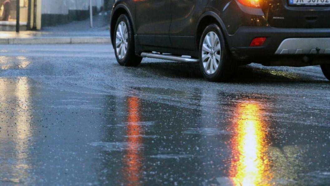 KLINK IS: Det kan sjå ut som det er bart og vått, men fleire stader i indre Sogn er det klink is som følgjer av underkjølt regn. Foto: Truls Grane Sylvarnes.