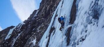 Klatra spektakulær rute på stupbratt is