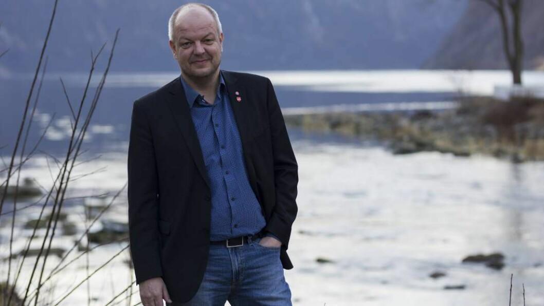KOMPENSASJON: Fylkesleiar i ArbeidarpartietHilmar Høl er uroa over regjeringa si manglande vilje til å sikre ordninga medCO₂-kompensasjon.Foto: Jostein Vedvik.