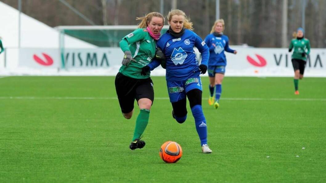TØFF MOTSTAND: KaupangerspissMiriam Mjåsethkjempar om ballen i kampen mot Fortuna Ålesund. Til slutt vart det tap 0-3. Foto: Vegeir Kjærstad.
