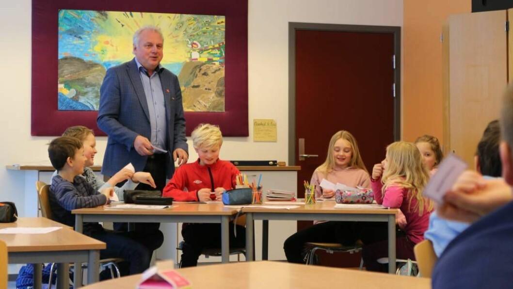 PRAKTISK: Ordførar Jan Geir Solheim køyrde eit opplegg med praktisk undervising om korleis pengestraumane i grove trekk går i eit lokalsamfunn. Foto: Ole Ramshus Sælthun