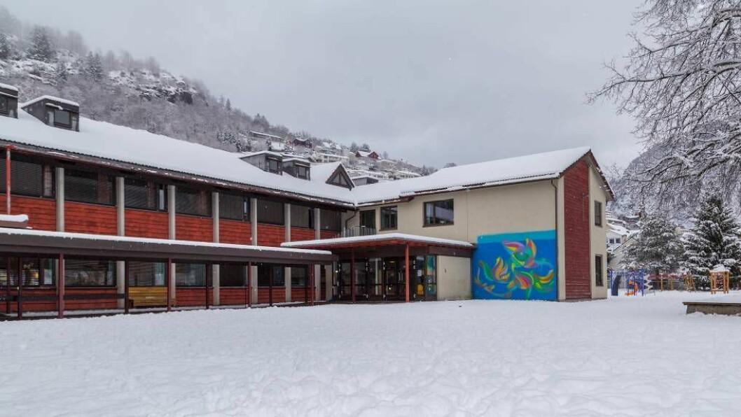 ARTISTISK: Femteklassingane på Trudvang skule i Sogndal fekk prøve seg på street art saman med gatekunstnaren Peace Tu. Foto: Øyvind Nondal.